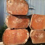 <strong>+ Độ cứng và bền cao:</strong> Gỗ Gõ Đỏ mang đặc tính chung của dòng gỗ gõ nói chung, đó là có độ cứng cao, giúp loại gỗ này chịu lực va đập lớn, chống chịu nước tốt. Hơn nữa thớ gỗ lại dày mình. Do vậy, chúng rất bền, dùng được lâu dài với thời gian  <strong>+ Chống tác động từ môi trường tốt:</strong> Gỗ gõ đỏ còn có khả năng thích nghi với môi trường tuyệt vời. Do đó, chúng được dùng tại nhiều nước khác nhau, được chế tạo thành nhiều đồ mỹ nghệ, không hề có hiện tượng mối mọt, ẩm mốc  <strong>+ Đường vân gỗ đẹp – độc – lạ:</strong> Đường vân của gỗ gõ đỏ có màu vàng hoặc nâu đỏ, gỗ không có sự chênh màu giữa các lớp mà tương đối đồng đều. Ngoài ra, vân gỗ có sự độc đáo, lạ mắt khi có hình cuộn xoắn bên cạnh các đường đều, rõ nét như thường thấy  <strong>+ Không cong vênh, rạn nứt:</strong> Gỗ gõ đỏ thường được dùng làm đồ mỹ nghệ. Tính chất gỗ cứng, nên không dễ bị cong vênh, nứt nẻ. Do đó, đảm bảo cho quá trình sử dụng sẽ ổn định hơn.  <strong>+ Khả năng chạm khắc mượt:</strong> Với đồ nội thất, việc chạm khắc lên gỗ rất khó và kỳ công do không phải dòng gỗ nào cũng dễ để làm. Nhưng, với gõ đỏ, người thợ khắc có thể chạm khắc dễ dàng do loại gỗ này có thớ gỗ khá mượt, mịn và dẻo dai, có độ bám vít cao. Vì thế, các nghệ nhân sẽ thoải mái chế tác ra các kiểu dáng nội thất cao cấp, đa dạng mẫu mã, chủng loại hơn nữa.  <strong><em>Minh Hải cung cấpGõ đỏ có nguồn gốc nhập khẩu hợp pháp đáp ứng mọi quy cách yêu cầu của khách hàng, sẵn sàng nhận gia công theo bản vẽ từ đơn giản đến phức tạp nhất.</em></strong>